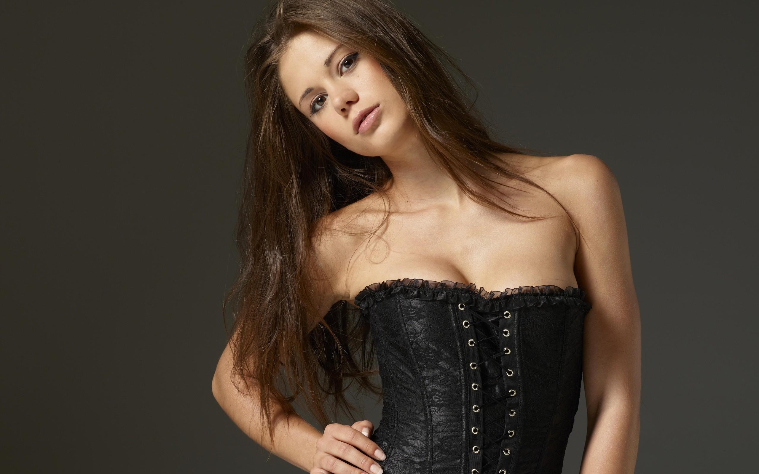 Chica con corset negro - 2560x1600