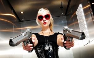 Una rubia con dos pistolas