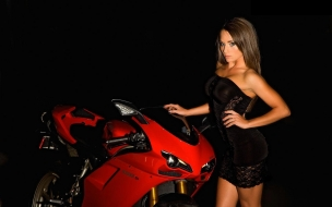 Una Ducati y una modelo