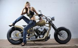 Una chica y una super moto