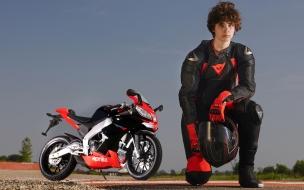 Un motociclista y Aprilia