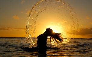 Chica en la playa al atardecer