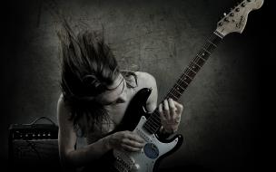 Un guitarrista con una Squier