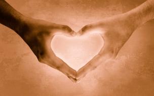 Un corazón con las manos