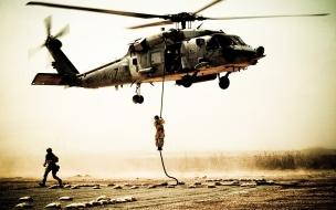 Soldados y helicóptero