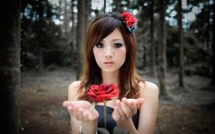 Una chica y una flor roja