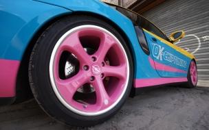 Un auto de colores