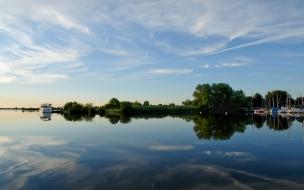 Lago y reflejos