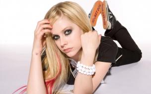 Avril Lavigne acostada