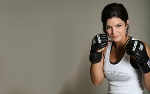 Gina Carano con guantes de box
