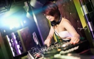 Chica asiática DJ