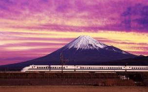 Un tren y una montaña