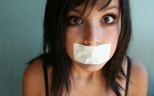 Chica con la boca tapada