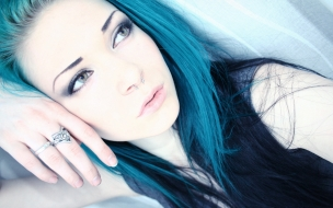 Chica con pelo azul