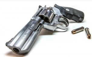 Un revolver plateado