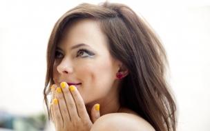 Chica bella y uñas de amarillo