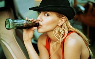 Brittany Murphy y coca cola