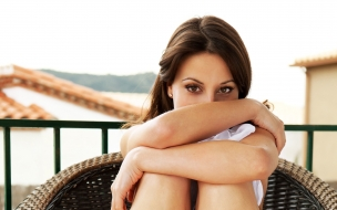 Una mujer sentada