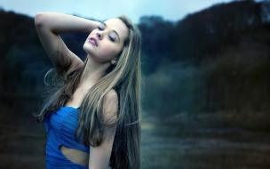 Rubia con vestido azul