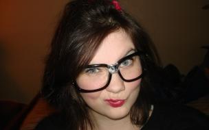 Una adolecente con lentes