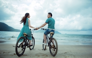 Una pareja en bicicletas
