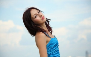 Pelirroja con vestido azul