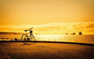 Atardecer en la playa y bici