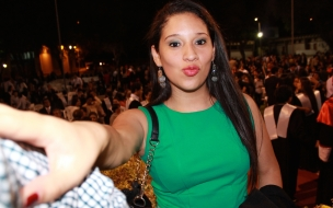 Chica con vestido verde
