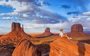 Una chica en un valle de rocas