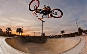 Salto de BMX en skatepark
