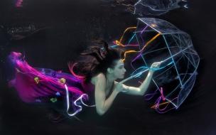 Una mujer bajo el agua