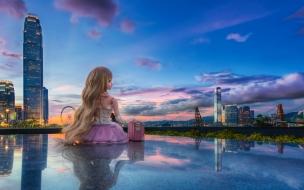 Una muñeca frente a una ciudad
