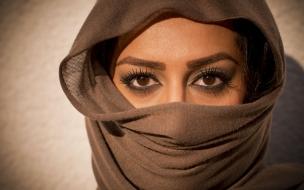 Bella mujer con su rostro tapado