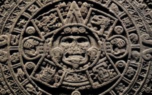 Piedra tallada con dioses