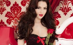 Una pelirroja y rosas