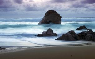 Playa con rocas gigantes
