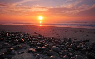 Rocas en una playa al atardecer