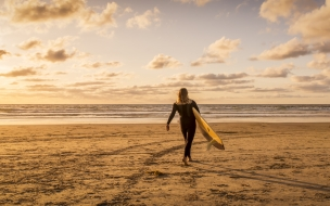 Chica Surf al atardecer
