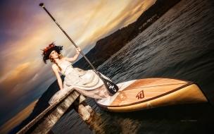 Bella mujer en una canoa