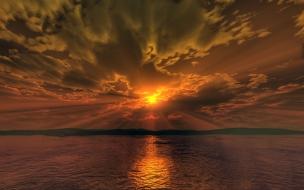 Atardecer naranja en el mar