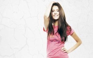 Chica con polo rosado