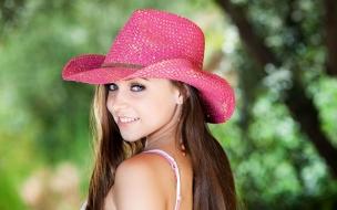 Chica con sombrero rosado