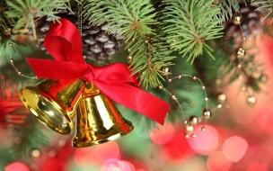 Campanas doradas en arbol de navidad