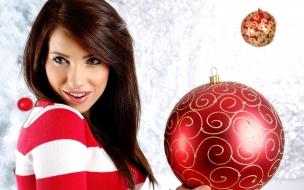 Bella modelo con adornos de navidad