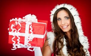 Una hermosa mujer con su regalo para navidad