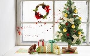 Decoración de arbol de navidad y regalos