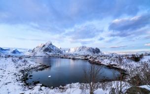 Montañas de nieve y lago