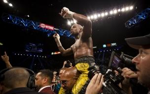 Floyd Mayweather gana la pelea