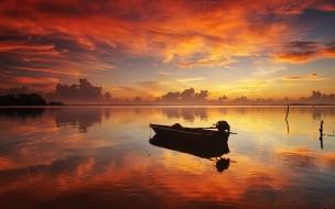 Canoa en un rio al atardecer