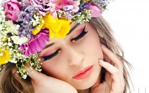 Una chica y corona de flores